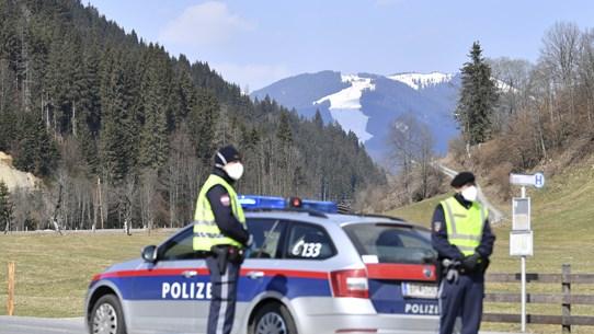 Áo phát hiện hàng chục người di cư trong xe tải đông lạnh