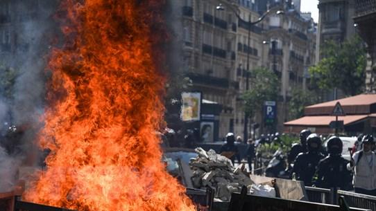 Pháp: Cảnh sát dùng hơi cay giải tán người biểu tình quá khích ở Paris