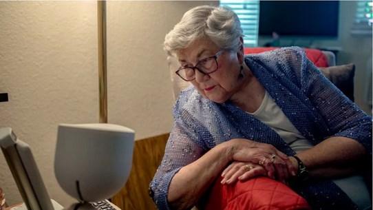 Dịch COVID-19: Để người cao tuổi vững tin hòa nhập kỷ nguyên số