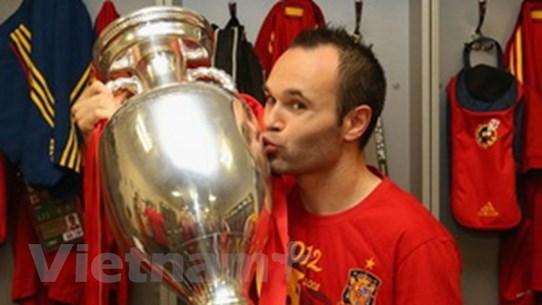 Iniesta nhận danh hiệu Cầu thủ xuất sắc nhất EURO
