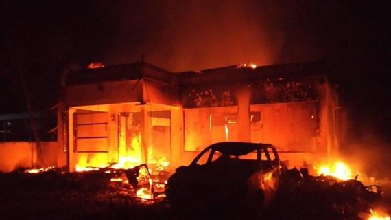 Indonesia: Đồn cảnh sát và trụ sở cơ quan giám sát bầu cử bị đốt cháy