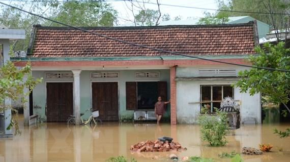 Bộ Y tế hỗ trợ các tỉnh miền Trung xử lý vệ sinh môi trường sau mưa lũ