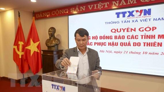 TTXVN quyên góp ủng hộ đồng bào miền Trung bị thiên tai, bão lũ