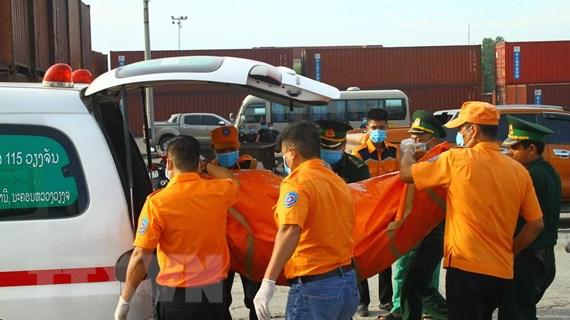 Vụ 9 ngư dân mất tích: Đưa hai thi thể thuyền viên vào bờ