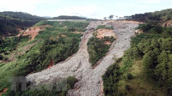 [Photo] Núi rác khổng lồ ở thành phố Đà Lạt bất ngờ đổ ập