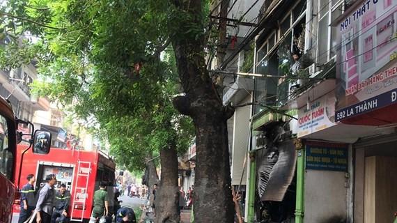 Hà Nội: Cháy cửa hàng đồ gỗ, nhiều người nhảy xuống mái tôn thoát thân