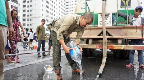 Hà Nội: Người dân bất an vì nước cấp mới hơi đục, có mùi tanh