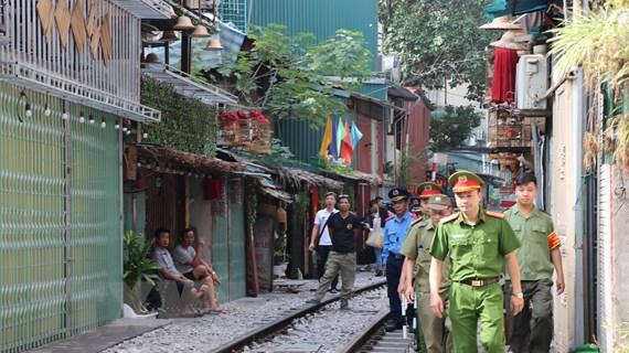 Hà Nội kiểm tra, không để phố càphê đường tàu tái hoạt động