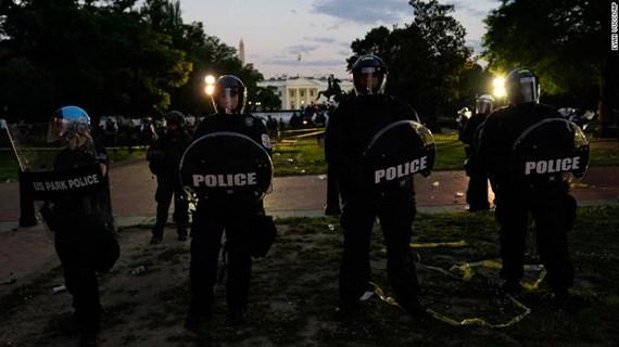 Người biểu tình vây kín Nhà Trắng, ông Trump được đưa xuống hầm ngầm