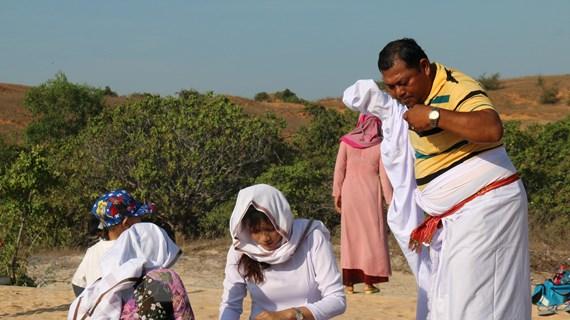 Độc đáo lễ tảo mộ của đồng bào Chăm ở Bình Thuận