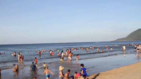 Nắng nóng, người dân Hà Tĩnh đổ xô xuống biển giải nhiệt