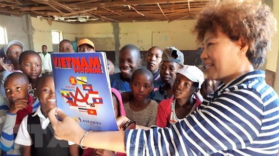 Đoàn cán bộ ngoại giao Việt Nam thăm và làm từ thiện tại Lesotho