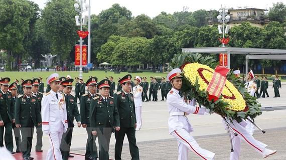 Đoàn đại biểu dự Đại hội Đảng bộ Quân đội vào Lăng viếng Bác