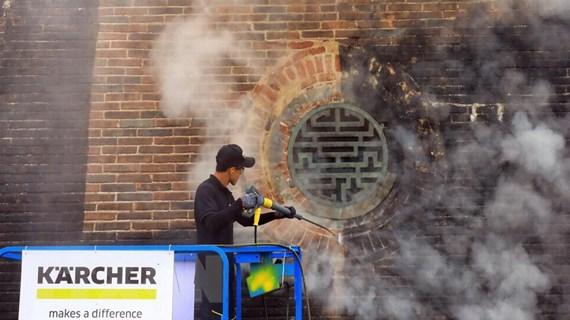 """Cổng Ngọ Môn được """"khoác áo mới"""" nhờ công nghệ hơi nước nóng"""