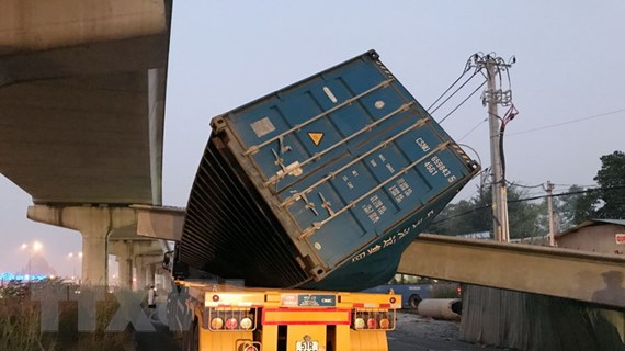 Container kéo sập dầm cầu: Chiều cao cầu bộ hành không như thiết kế