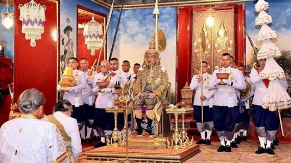Quân đội Thái Lan lần đầu tiên diễu binh trước Nhà vua Maha Vajiralong