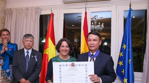 Tổng giám đốc TTXVN nhận huân chương cao quý của Nhà vua Tây Ban Nha