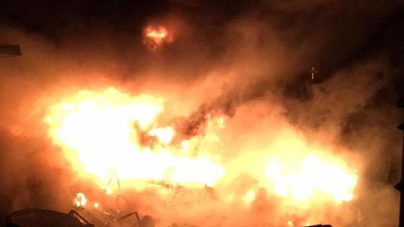 Biển lửa bao trùm kho dầu ở Thành phố Hồ Chí Minh, người dân hoảng sợ
