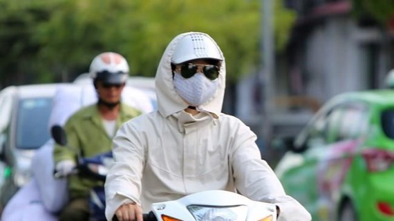 Nắng nóng gay gắt, chỉ số tia UV ở Hà Nội gây hại cao đến rất cao