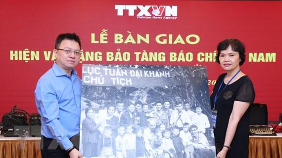 [Photo] TTXVN bàn giao hiện vật tặng Bảo tàng Báo chí Việt Nam