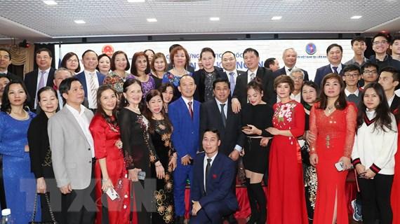 Chủ tịch Quốc hội thăm, gặp gỡ cộng đồng người Việt Nam tại LB Nga