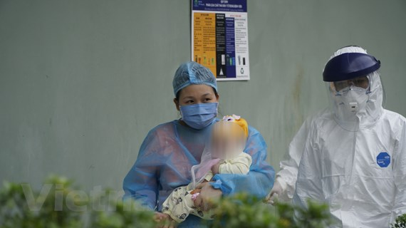 Hình ảnh bệnh nhân nhỏ tuổi nhất nhiễm COVID-19 được ra viện