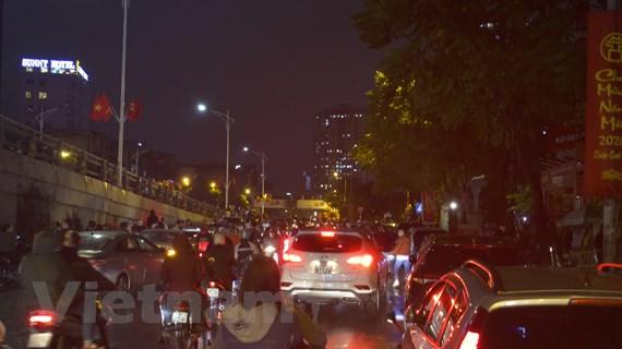 Người dân Hà Nội đổ xuống đường ngắm pháo hoa sau cơn mưa