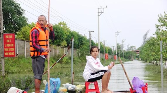 Hà Tĩnh: Đưa hàng cứu trợ đến với người dân vùng lũ