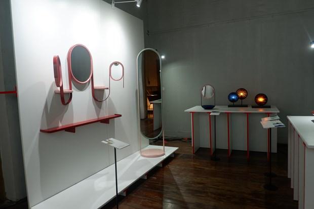 Bộ gương sơn mài (trái) của nghệ sỹ Marie Aurore được đánh giá cao với đặc trưng là các dải ruy-băng kim loại, tính đa chức năng và hiệu ứng sơn mài độc đáo trên bề mặt sau của gương. (Ảnh: CTV/Vietnam+)