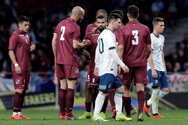 Argentina - Venezuela: Ap luc de nang len doi chan Messi hinh anh 2