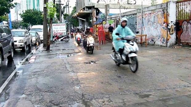 Thai Lan phat nang nguoi di xe may chiem duong cua khach bo hanh hinh anh 1