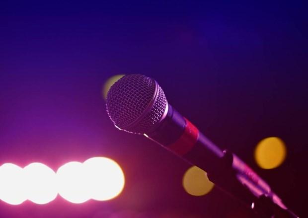 Nguoi dan ong Trung Quoc phai nhap vien vi hat karaoke qua 'sung' hinh anh 1