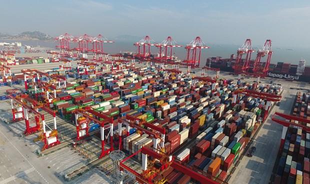 Hàng hóa được xếp tại cảng ở Thượng Hải, Trung Quốc. Ảnh: THX/ TTXVN