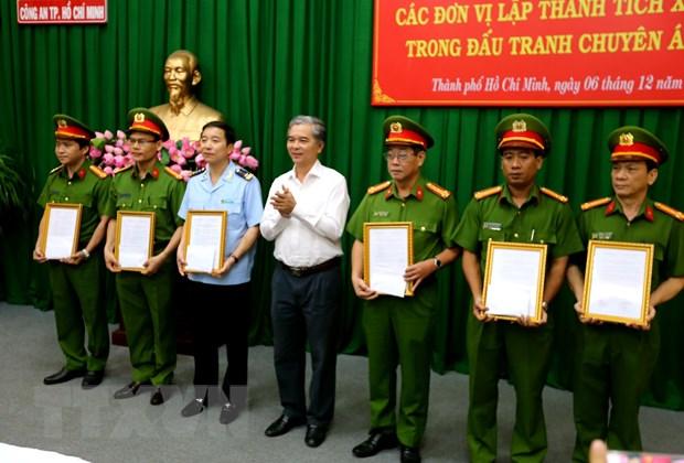 Khen thuong cac don vi triet pha duong day van chuyen 446 banh heroin hinh anh 1