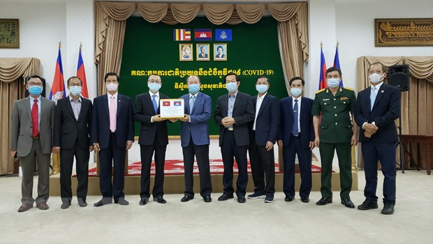 Campuchia cam on Viet Nam vien tro thiet bi y te chong dich COVID-19 hinh anh 1