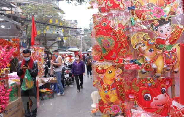 Người dân Hà Nội đi mua sắm trên phố Hàng Mã. (Ảnh: Hoàng Hiếu/TTXVN)