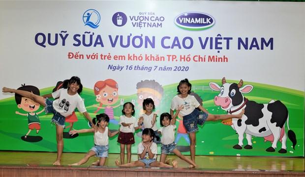 Quy sua Vuon cao Viet Nam va Vinamilk mang niem vui cho tre em TP.HCM hinh anh 1