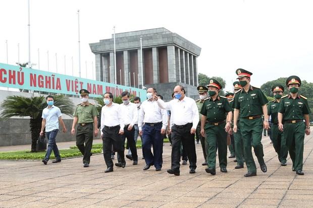 Thủ tướng Nguyễn Xuân Phúc kiểm tra công tác tu bổ định kỳ Lăng Chủ tịch Hồ Chí Minh năm 2020. (Ảnh: Lâm Khánh/TTXVN)