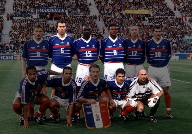 HLV Wenger dan dat Platini, Barthez, Desailly giao huu voi Viet Nam hinh anh 1