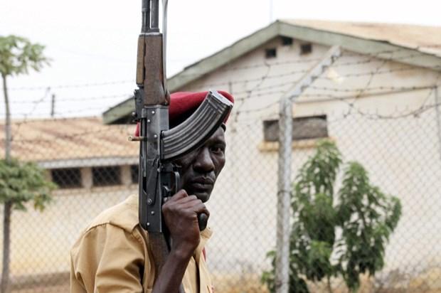 Uganda truy bat hon 200 tu nhan vuot nguc mang theo vu khi nguy hiem hinh anh 1