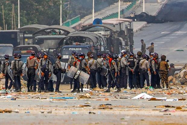 Cảnh sát Myanmar siết chặt an ninh tại quận Hlaingthaya, thành phố Yangon ngày 14/3/2121. Ảnh: AFP/TTXVN