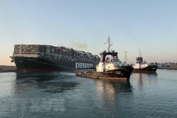 Tàu lai dắt nỗ lực giải cứu siêu tàu chở hàng Ever Given mắc cạn tại Kênh đào Suez, Ai Cập, ngày 29-3-2021. Ảnh: AFP/TTXVN
