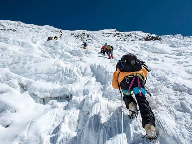 Dinh Everest don cac nha leo nui nuoc ngoai dau tien sau 1 nam hinh anh 1