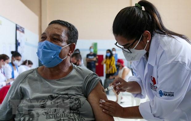Brazil thu nghiem tiem mui vaccine COVID-19 tang cuong thu 3 hinh anh 1