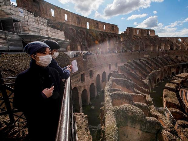 Dau truong Colosseum cua Italy nhon nhip du khach tro lai hinh anh 1