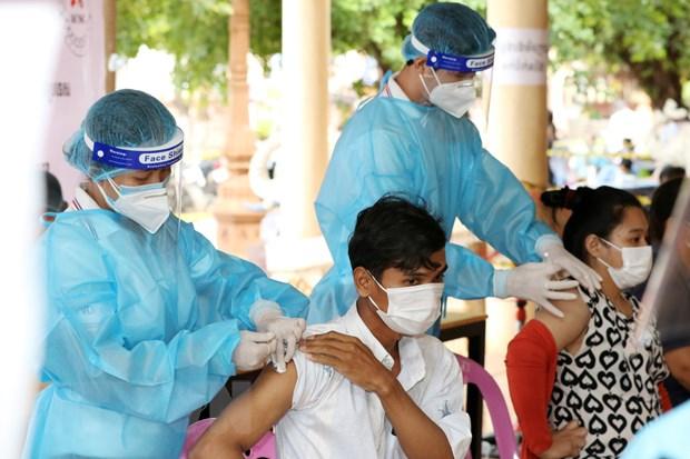 Campuchia se tiem vaccine COVID-19 mui thu ba cho luc luong tuyen dau hinh anh 1