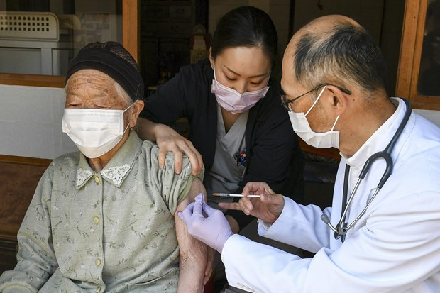 Nhat Ban chuan bi tiem mui vaccine tang cuong cho nguoi tren 65 tuoi hinh anh 1