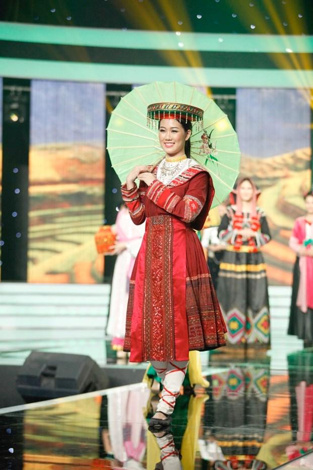 Liveshow 5 Hoa khoi Ao dai Viet Nam: Que Chi ngam ngui dung buoc hinh anh 17