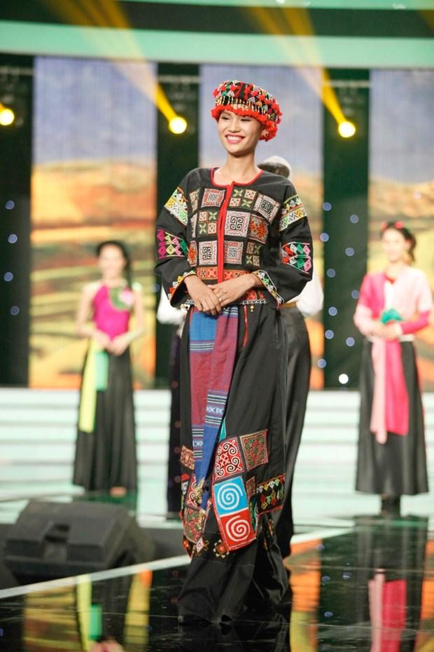 Liveshow 5 Hoa khoi Ao dai Viet Nam: Que Chi ngam ngui dung buoc hinh anh 23