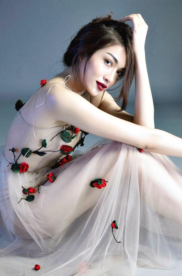 A hau Le Hang lan dau ho bao trong trang phuc mong manh hinh anh 5